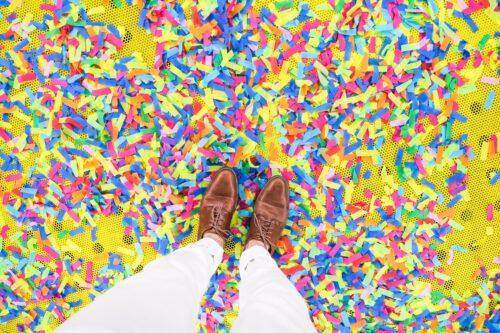 Des cotillons multicolores éparpillés sur le sol
