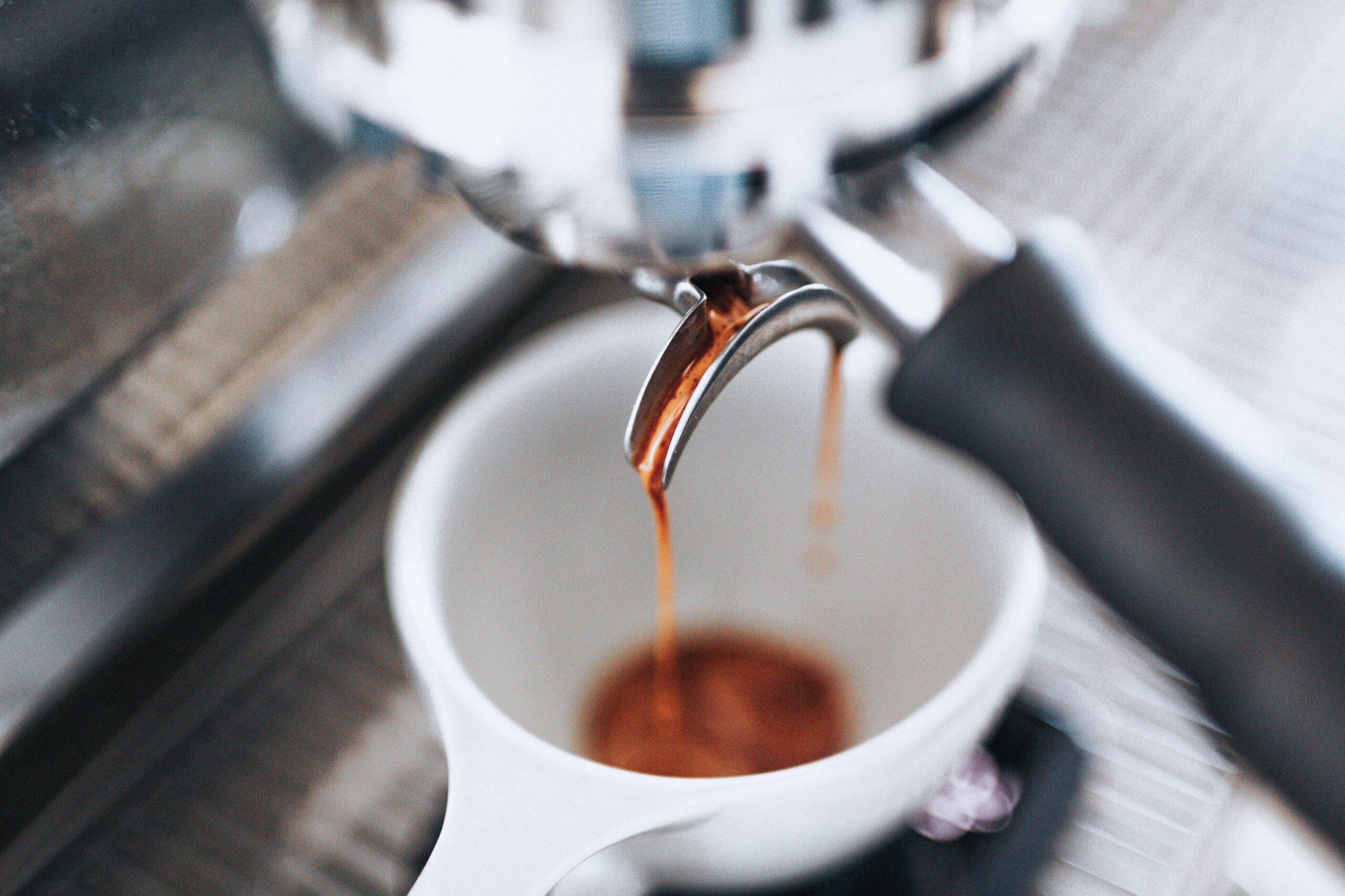 Gros plan sur une machine à café.